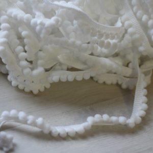 Тесьма с маленькими помпонами белая