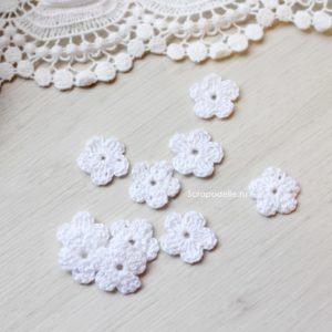Маленький вязаный цветок белый