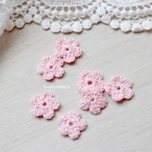 Маленький вязаный цветок розовый
