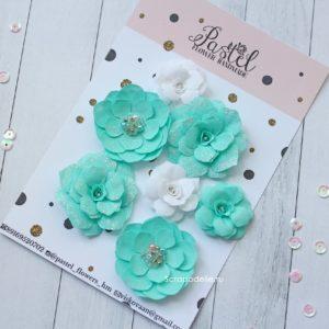 Цветы ручной работы из ткани мятные и белые