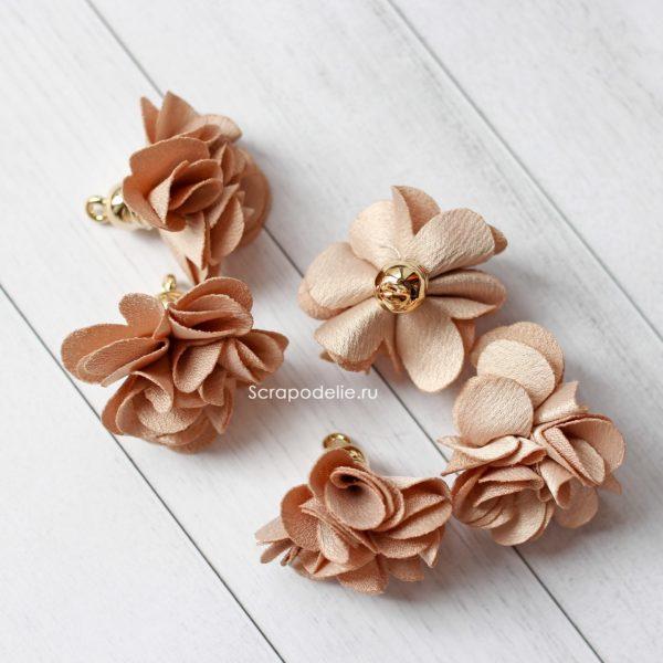 Тканевый цветок с подвеской бежевый